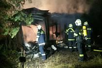 V noci ze čtvrtka na pátek vzplály na Fajtově kopci u Velkého Meziříčí čtyři stavební buňky. Škoda činí cirka 15 tisíc korun. Příčina požáru se nadále vyšetřuje.