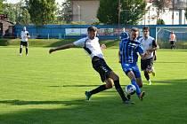 Fotbalisté juniorky Nového Města na Moravě (v bílých dresech) si v nedělním souboji s Radešínskou Svratkou doslova otevřeli střelnici.