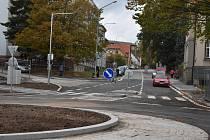 Nová okružní křižovatka má dopravě v Novém Městě na Moravě ulevit.