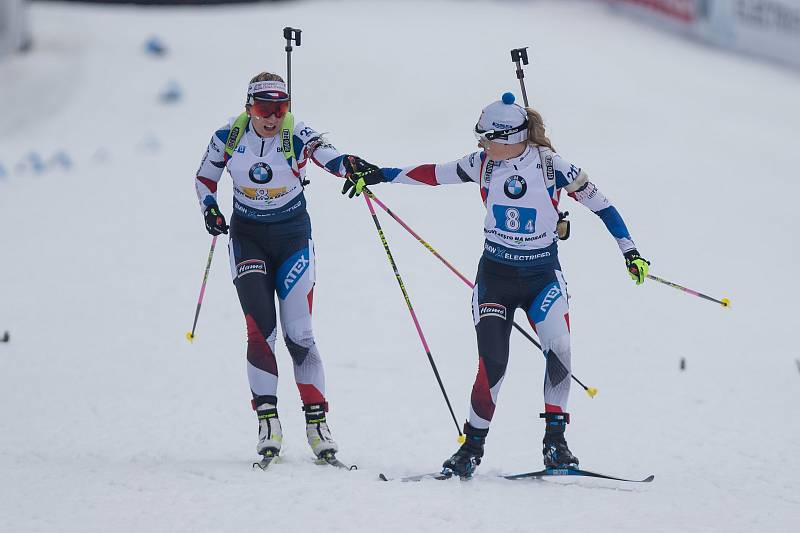 Závod SP v biatlonu (štafeta ženy 4 x 6 km) v Novém Městě na Moravě. Na snímku: Předávka mezi Lucií Charvátovou a Eva Kristejn Puskarčikovou.