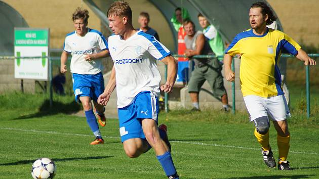 Už podruhé za sebou přivezli fotbalisté rezervy Nové Vsi (ve žlutém motor záložní řady David Šatný) plný počet bodů ze hřiště soupeře.