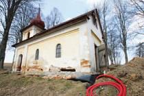 Opravy devastované zvoničky ve Vříšti, která sloužila také místním hasičům k uskladnění jejich náčiní, se ujal blízký penzion Panský dům. Zajímavé je, že malá stavba s jedinou místnosti měla, jak ukazuje snímek, dva vchody.