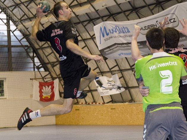 Vítězslav Večeřa naskakuje do zakončení. Sedmigólový příspěvek velkomeziříčské spojky na výhru nestačil a jeho tým se propadl ve II. lize na sedmé místo.