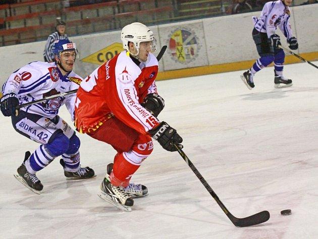 Úvodními zápasy bylo zahájeno play-off ve druhé hokejové lize. Hokejistům Žďáru nad Sázavou (v tmavém) sice fandila i olympijská vítězka Martina Sáblíková, první bod v sérii ale urval hostující Děčín.