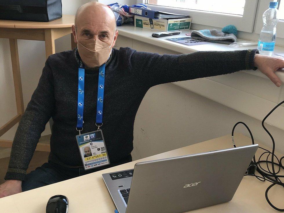 V tiskovém středisku ve Vysočina Areně v Novém Městě na Moravě pracuje Jiří Pošvář od roku 1981.