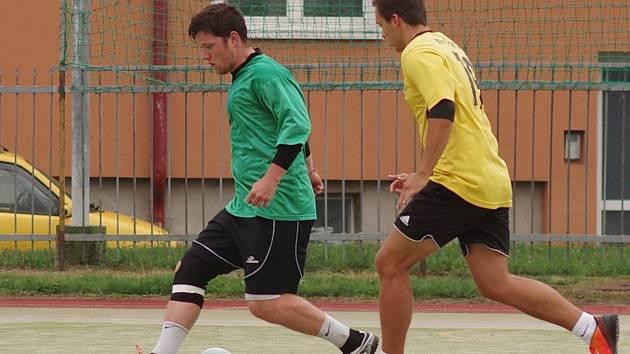 Alko (v zeleném) na své předcházející výsledky ve Žďárské lize malé kopané nenavázalo. V sobotu získalo pouze bod a propadlo se na 4. místo první ligy.
