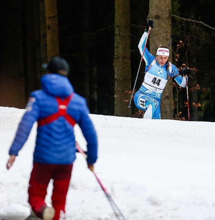 Nastassia Kinnunen po pádu v závodu Světového poháru v biatlonu - stíhací závod žen na 10 km.