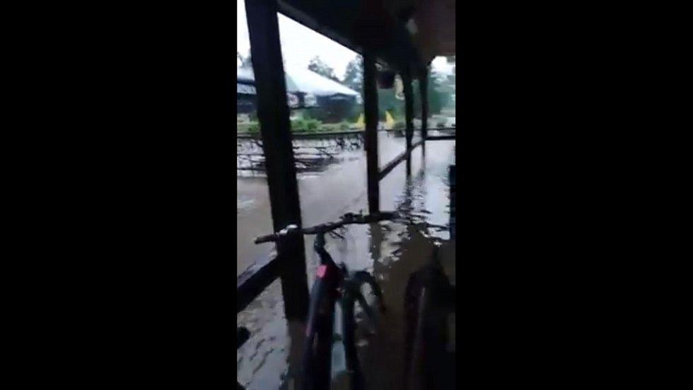 Velká voda vyplavila i občerstvení Vagon v Polničce.