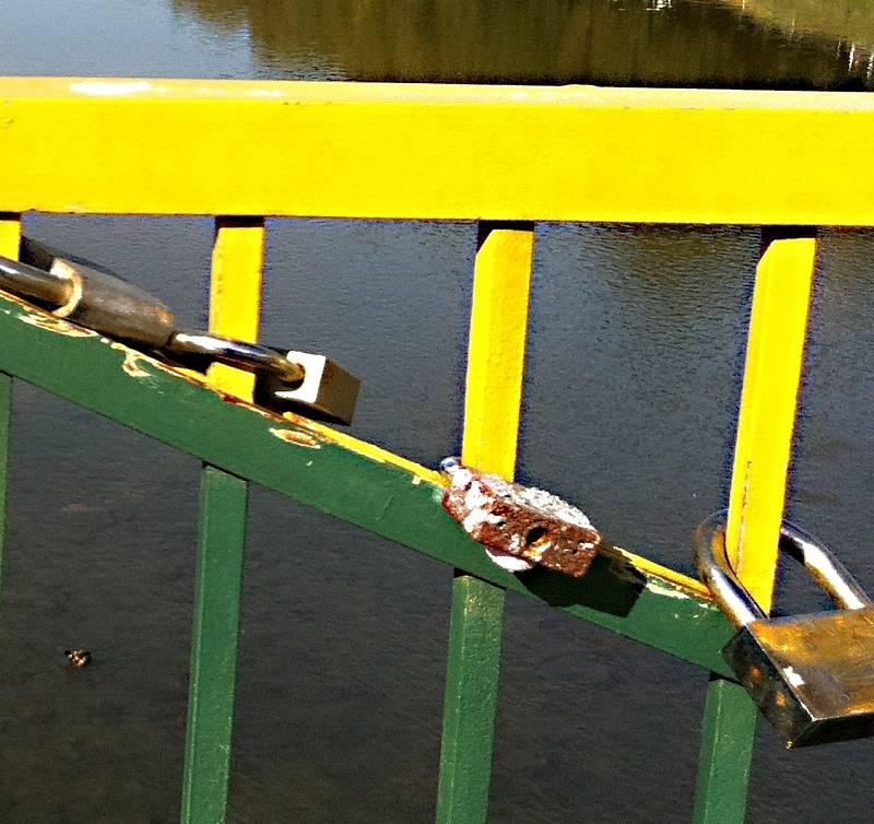 Zamilovaní často věší zánky na mostní zábradlí.
