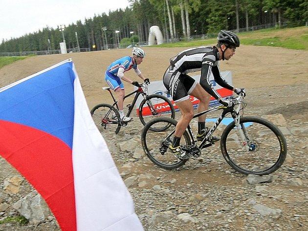 Sprint Světového poháru horských kol v Novém Městě na Moravě. Český závodník Jan Nesvadba (vlevo) skončil na 12. místě.