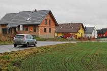 Lidé na vesnici hledají často klid a čistší i hezčí prostředí, jsou tam pro ně dostupnější i levnější stavební pozemky. V Hamrech se dál staví developeři zatím pojmenovali nové sídliště Sluneční vrch. Sídliště zvané U lomu už je zabydlené.