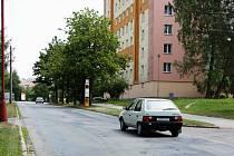 V ulici Neumannova je především nutné opravit vozovku, na nerovnosti, praskliny a díry v jejím asfaltovém koberci už záplaty nestačí.