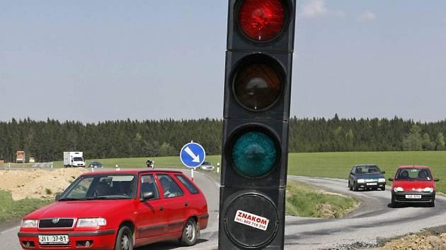 Provoz u Bohdalova už řídí semafor kvůli dostavbě obchvatu.