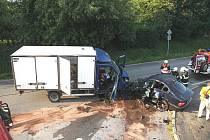 Sobotní střet osobního auta s dodávkou nepřežili dva mladíci, třetí utrpěl těžká zranění.
