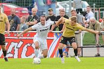 Po středečním pohárovém souboji se Zbrojovkou Brno (ve žlutých dresech), se fotbalisté Žďáru nad Sázavou (v bílém) v sobotu představí na půdě Břeclavi.