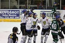 Hokejisté Velkého Meziříčí (v bílých dresech) se chystali na finále play-off Krajské ligy proti Boskovicím. Kvůli koronavirové pandemii však byla série zrušena.
