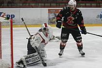 Hokejisté Žďáru (v černých dresech) měli v osmifinálové sérii II. ligy s Klatovy (v bílém) problémy, přesto si dokázali postup do další fáze vybjovat v nejkratší možné době.