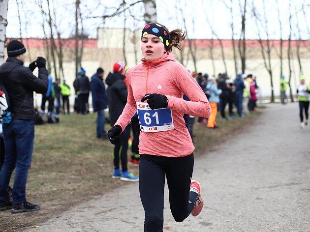 Kateřina Mičková (s černou čelenkou na hlavě) zahájila nový ročník Českého poháru v aquatlonu triumfem v Českých Budějovicích.