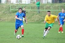 Debaklem skončilo nedělní utkání na půdě rezervy Žďáru pro fotbalisty Radešínské Svratky (v modrém Martin Mužátko).