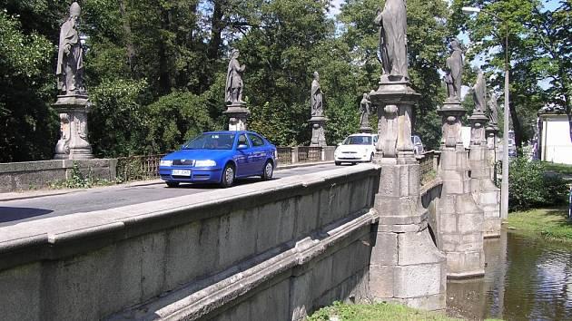 Přes historický most u žďárského zámku projedou denně tisíce osobních a nákladních aut. Stav stavby je kritický, proto by v letošním roce měla začít rekonstrukce. Týkat se bude nejen mostu, ale i soch, které ho zdobí.