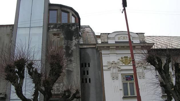Hotel Bílý lev ostře kontrastuje s okolní zástavbou.