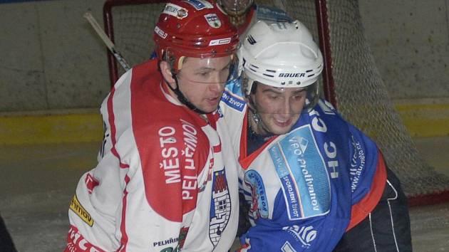 Novopečený kapitán hokejistů Pelhřimova Tomáš Plachý (vlevo) v Milevsku zazářil, na své konto si připsal tři branky a výrazně tak pomohl Spartaku k vítězství 6:2.