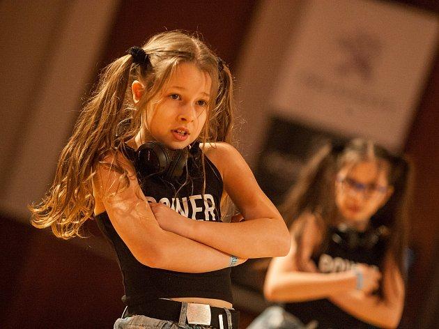OBRAZEM: Na Bystřickém kostitřasu se předvedly stovky tanečníků