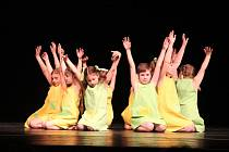 Diváci, kteří zcela zaplnili velký sál novoměstského kulturního domu, byli svědkem unikátního představení v podání žákyň tanečního oboru Základní umělecké školy Jana Štursy.