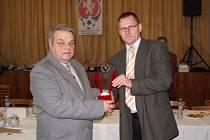 Takto na poslední volební valné hromadě v roce 2017 předával předseda OFS Žďár Jaroslav Beneš (vpravo) ocenění pro dlouholetého svazového funkcionáře Ladislava Harvánka.
