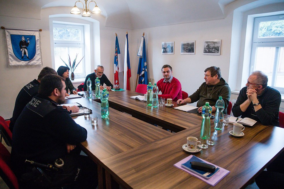 Tisková konference se starostkou městyse Štěpánov nad Svratkou Šárkou Kunčíkovou a zástupcem veterinární správy Milanem Novákem.