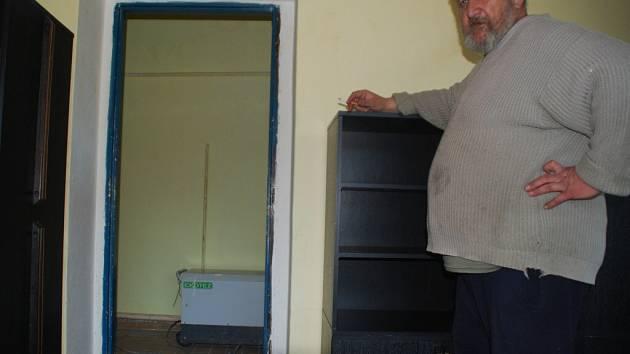 Čtyři vysoušeče jedou ve vytopeném a poničeném bytě naplno již několik týdnů. Okna bytu, v němž k výbuchu došlo, jsou zakryta dřevotřískovými deskami.