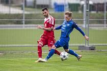Záložník Robin Demeter (v červeném) se výrazně podílel na postupu Velkého Meziříčí do Moravskoslezské fotbalové ligy, ale i na tom, že ji klub už šestým rokem stabilně hraje.