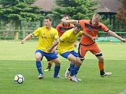 Fotbalisté Radešínské Svratky (v oranžových dresech) si mohou nedělní očekávanou výhrou nad beznadějně poslední Rokytnicí zajistit nečekaný postup do I. A třídy.