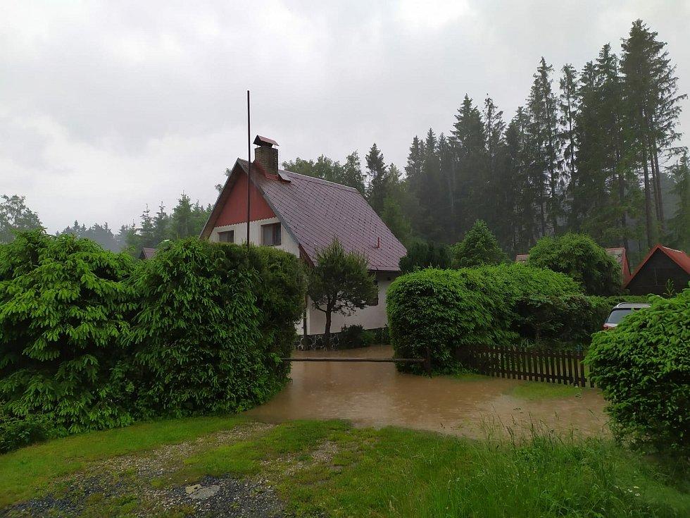 Voda zaplavila i silnici vedoucí k chatám u Dářka.