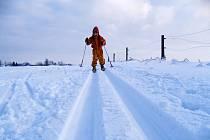 Přestože jsou běžkaři na úpravu tratí na Novoměstsku zvyklí a vítají ji, nadšenci nelení a při prvním sněhu si vyjedou stopy vlastní.