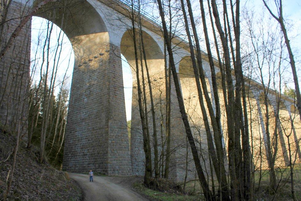 Velký železniční viadukt Kutiny. Maličká Zuzanka