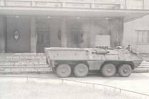 Tank před sokolovnou ve Žďáře nad Sázavou.