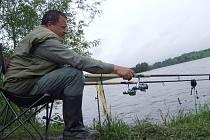 Koupací sezona u vodních nádrží díky studenému a deštivému počasí ještě nezačala, koupání v zimě a dešti nikoho neláká, i když voda je zatím čistá. Na své si tak zatím přijdou jenom rybáři.