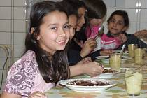 Hrnečku vař. To byla první pohádka, kterou si četli malí čtenáři v Denním centru pro děti a mládež ve Žďáře nad Sázavou. Krupičnou kaši měly děti i stylově k večeři.