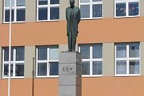 Originál bronzové plastiky T. G. Masaryka od Vincence Makovského, který byl odhalen v roce 1939, se v průběhu let z podstavce několikrát stěhoval.