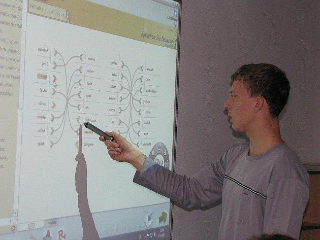 V rámci modernizace Střední odborné školy Jana Tiraye ve Velké Bíteši vznikly nové třídy, mezi nimi například i jazyková učebna. V té mají studenti možnost získávat nové znalosti také prostřednictvím interaktivní tabule.
