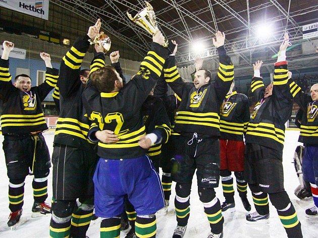 Půlroční hokejovou dřinu vystřídala vítězná euforie. HC Bohdalec ve finálové odvetě sice podlehl Písečnému 1:2, ale na zisk cenné trofeje jeho hráčům (na snímku) tato porážka stačila.