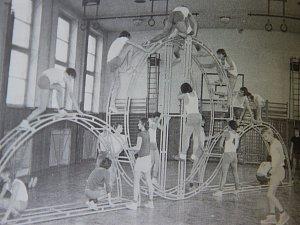 Nácvik spartakiádní skladby Svazarmu v tělocvičně průmyslové školy v roce 1980.
