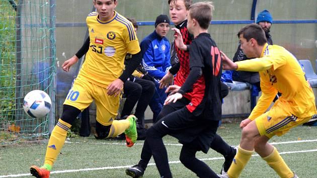 Debakl uštědřil mladší dorost jihlavského béčka (ve žlutém) svým kolegům z Pelhřimova. Nasázel jim 13 branek a ani jednu neinkasoval.Jejich starší kolegové vyhráli 4:0.