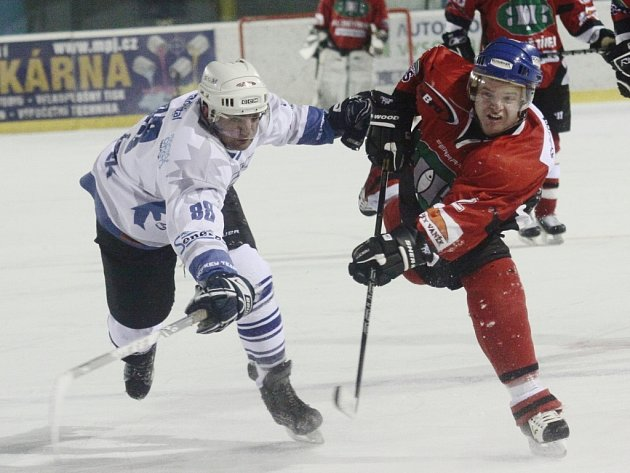 Hokejisté Znětínku vysílají další marnou střelu na branku Lísku, který loňského finalistu vyřadil už ve čtvrtfinále play off.