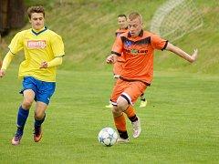 Jak fotbalisté Radešínské Svratky (v oranžovém Miroslav Pekárek), tak i rezervy Velké Bíteše (ve žlutém) vstoupili do nové sezony I. B třídy – skupiny B vítězně.