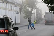 """Přebíhání rušné silnice v Santiniho ulici bývá běžnou ranní """"scénkou""""."""