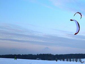 Zasněžené pláně na Žďársku brázdí lyžaři s draky