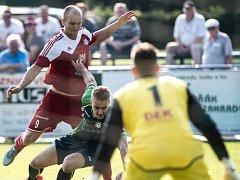 Fotbalisté Velkého Meziříčí (v červeném Pavel Simr) získali první bod ze hřiště soupeře v této sezoně. V zápase 6. kola MSFL remizovali v Petřkovicích.