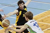 Dvě žďárské výhry nad Jihlavou režíroval z postu rozehrávače Tomáš Vavřínek (v bílém).